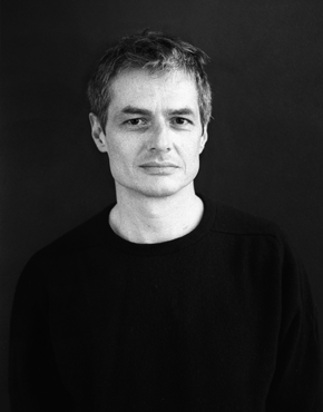Pierre Alféri ist ein französischer Autor, Dichter und Essayist. Er zählt zu den innovativsten Stimmen aus Frankreich. Außerdem ist er für seine Experimentalfilme, Theaterstudien, Visuelle Poesie, Tonstücke, Bilderbücher und Poster bekannt (siehe alferi.fr). Seine künstlerische Vielseitigkeit war in zahlreichen Ausstellungen, Film Shows und Performances im In- und Ausland zu sehen. Seit 2007 unterrichtet Pierre Alféri auch Literatur an der École des Beaux-Arts in Paris.