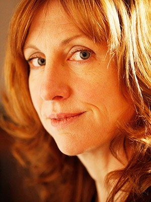 Polly Clark, b. 1978 in Toronto, is a British-Canadian writer who writes on a house boat in London. She worked as a zookeeper and travelled to the Russian taiga for her novel Tiger. Published in German: Tiger, 2020.