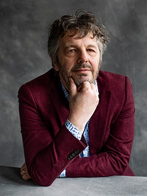 Mathijs Deen b. 1962, is a Dutch writer and radio journalist. He published collections of his radio columns, short stories and novels. Recently published in German: Über alte Wege, 2019. The reader involuntarily joins in with the journeys that his characters embark on – and so, just as the title promises, also along old routes through the history of the continent. Eva Gaeding, MDR Kultur