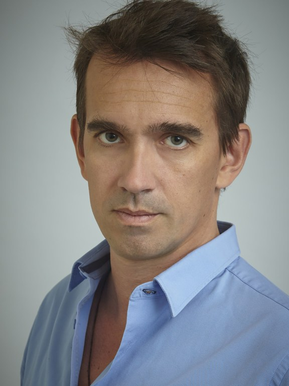 Peter Frankopan b. 1971, is a British historian and Professor of Global History at the University of Oxford. Frankopan regularly contributes to The New York Times, The Guardian and the China Daily; his books are international bestsellers. Recently published in German: Die neuen Seidenstraßen, 2019. Frankopan's book (about the new Silk Roads) is fascinating … A wake-up call to the West to keep an eye the overall picture in the rapidly changing world, and to unite to continue to have a say in everything that is to play for in the Asian century. Rolf Brockschmidt, Der Tagesspiegel.