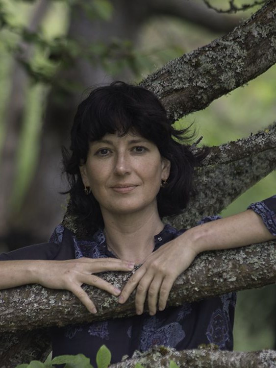 Kapka Kassabova b. 1973, is a Bulgarian writer and travel journalist, who lives in Scotland. She is a contributor, among others, to The Sunday Times, The Guardian and Vogue. In 2018, she received the Nayef Al-Rodhan Prize of the British Academy. Recently published in German: Am See, 2021. Thrilling like an adventure novel, emotive like a poem and mesmerizing through artful figurative language. There is no more vivid way to explain the world with its joys and suffering, with its beauty and shadows. Frankfurter Allgemeine Zeitung on Die letzte Grenze