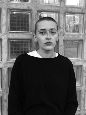 Enis Maci, b. 1993, is a German writer. Her play »Mitwisser» was awarded the Hans-Gratzer Scholarship 2017 and premiered at the Schauspielhaus Wien in 2018.  In the season 18/19 Maci is a house writer at the Nationaltheater Mannheim. Recent publication: Eiscafé Europa, 2018.