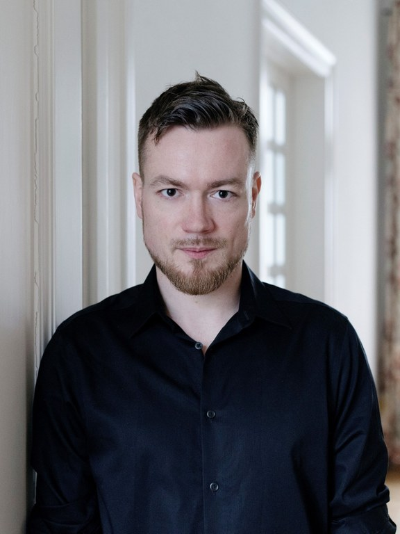 Robert Prosser b. 1983, is an Austrian writer. He writes novels, librettos, for theatre and is well known for his literary and musical performances. Curator of Babelsprech, a project to promote young poetry in German-speaking countries. Recently published: Gemma Habibi, 2019.  Prosser writes the portrait of a generation without a compass – across all classes and nationalities. Doris Kraus, Die Presse